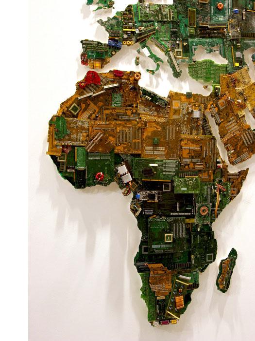 Scultura Un mondo di componenti riciclati