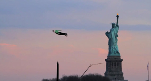 Uomini volano su  New York